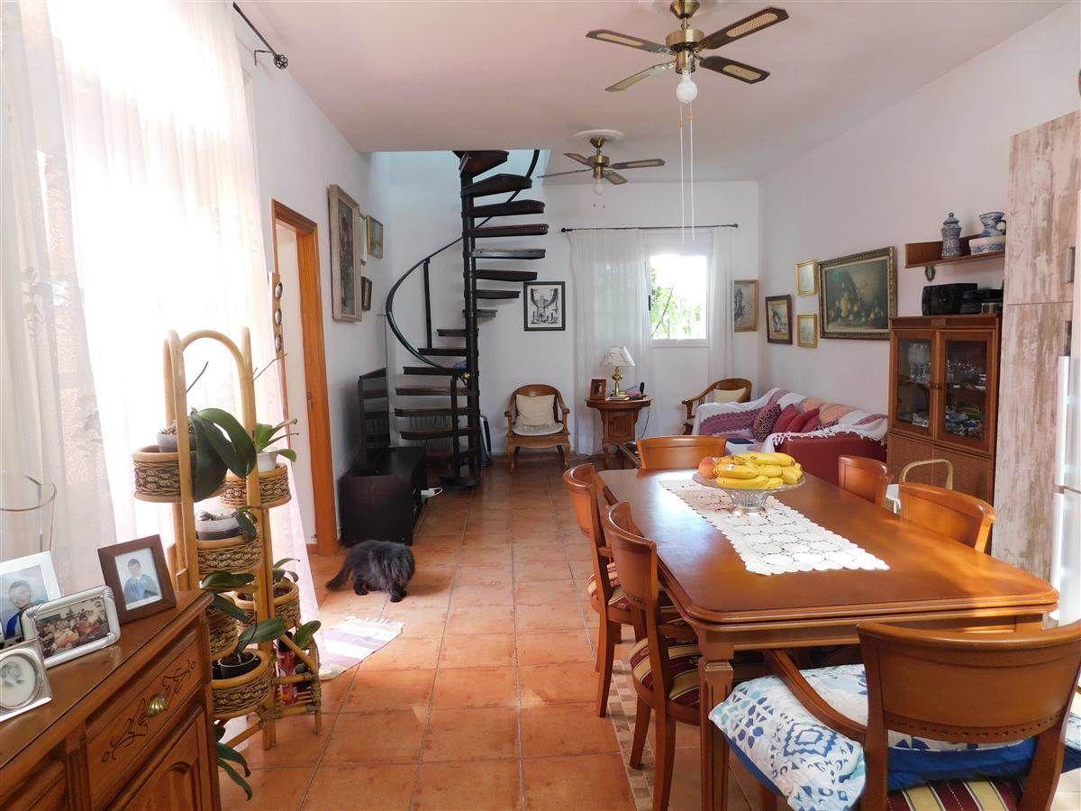 Zwei-stöckiges Haus in einer Wohnanlage mit gemeinschaftlichem Pool gelegen. Besteht aus .... mehr Info