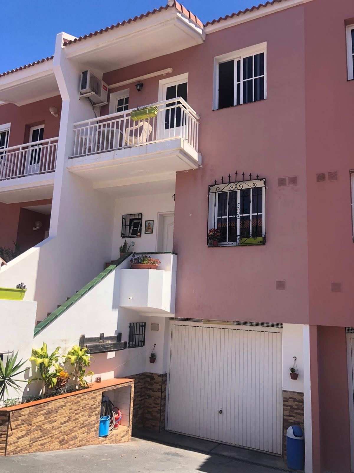 This town house offers you 4 bedrooms and 3 bathrooms (1 en suite). The 3 story building .... more info