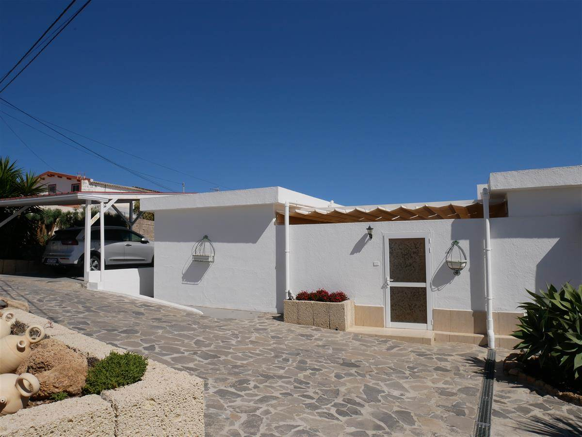 Beautiful house with private pool, in excellent condition. The house measures 192 sqm and .... more info
