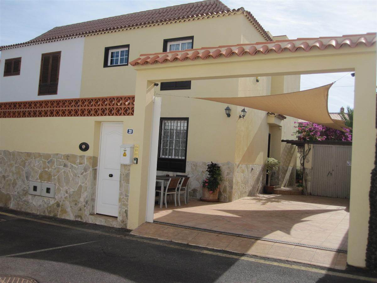 This pretty semi-detached house is situated on a private urbanization with realy nice .... more info